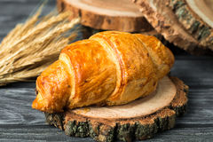 Croissant butirrosi saporiti sulla vecchia tavola di legno fotografia stock