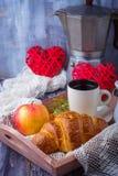 Croissant, café et coeur sur le fond en bois Photographie stock