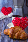 Croissant, café et coeur sur le fond en bois Photo stock
