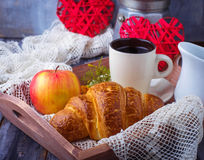Croissant, café et coeur sur le fond en bois Photo libre de droits