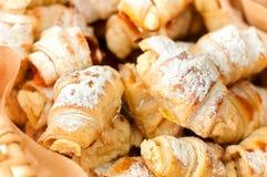 Croissant casalinghi deliziosi nel canestro Fotografia Stock Libera da Diritti