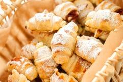 Croissant casalinghi deliziosi nel canestro Fotografia Stock