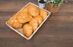 Croissant casalinghi di recente al forno sul tagliere di legno fotografia stock libera da diritti