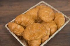 Croissant casalinghi di recente al forno sul tagliere di legno, vista superiore fotografia stock