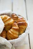 Croissant casalinghi in un canestro Immagini Stock