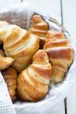Croissant casalinghi in un canestro Immagine Stock Libera da Diritti