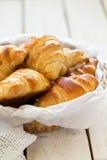 Croissant casalinghi in un canestro Fotografia Stock