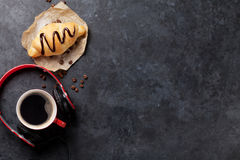 Croissant casalingo fresco con cioccolato e caffè fotografia stock libera da diritti