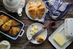 Croissant caseiros da manteiga da massa folhada com doce de fruta no rusti Fotos de Stock Royalty Free