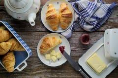 Croissant caseiros da manteiga da massa folhada com doce de fruta no rusti Fotografia de Stock