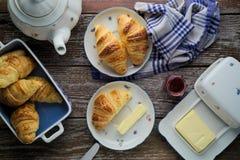 Croissant caseiros da manteiga da massa folhada com doce de fruta no rusti Imagem de Stock