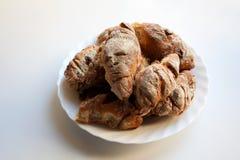 Croissant caseiros recentemente cozidos no fundo branco foto de stock