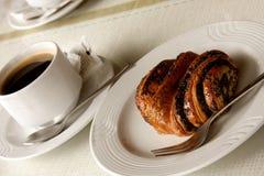 Croissant, chávena de café fotografia de stock royalty free