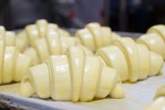 Croissant che aspetta per essere al forno Fotografia Stock