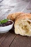 Croissant com a bacia de doce Fotografia de Stock