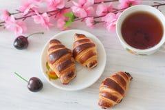 Croissant com cerejas Fotografia de Stock