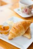 Croissant com chá imagens de stock