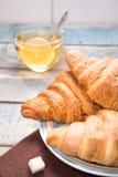 Croissant com chá Foto de Stock