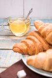 Croissant com chá Imagem de Stock