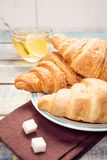 Croissant com chá Foto de Stock Royalty Free