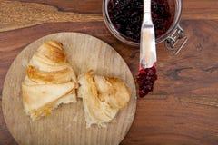 Croissant com doce de cereja na tabela de madeira, vista aérea Imagem de Stock Royalty Free