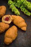 Croissant com doce de framboesa Fundo do preto escuro Close-up Vista superior Fotos de Stock