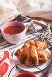 Croissant com doce e chá no fim da bandeja do serviço acima da imagem Imagens de Stock Royalty Free