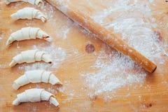 croissant com doce em uma placa de madeira Imagens de Stock Royalty Free