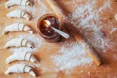 croissant com doce em uma placa de madeira Foto de Stock Royalty Free