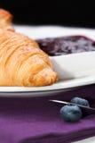 Croissant com fim do doce do mirtilo acima Fotos de Stock Royalty Free