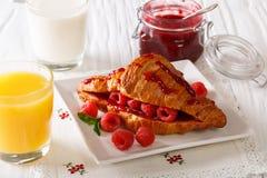 Croissant com framboesas e close-up do doce, do suco e do leite Hor Imagens de Stock