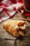 Croissant com mel Imagens de Stock
