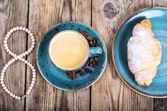 Croissant com mel para o café da manhã o 8 de março Imagens de Stock