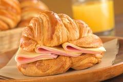 Croissant com presunto e queijo fotografia de stock royalty free