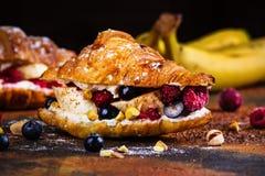 Croissant com queijo creme e bagas Imagens de Stock Royalty Free