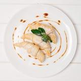 Croissant com queijo e doce do brie na placa branca imagem de stock royalty free