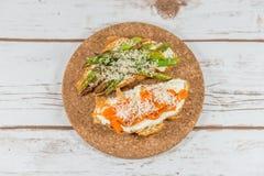 Croissant con asparago, il formaggio cremoso arrostito e del peperone Fotografia Stock