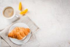 Croissant con caffè e l'arancia fotografia stock libera da diritti