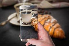 Croissant con cioccolato e caff? fotografia stock