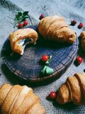 croissant con cioccolato e le anche Immagine Stock