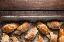 Croissant con cioccolato sul vassoio di cottura Fotografia Stock Libera da Diritti