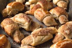 Croissant con cioccolato sul vassoio di cottura Immagini Stock Libere da Diritti