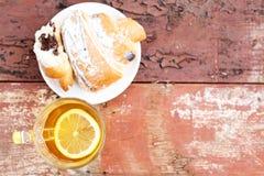 Croissant con cioccolato Tè caldo con il limone Copi lo spazio Il co Fotografia Stock Libera da Diritti