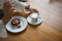 Croissant con il dolce con le bacche, diffusione del cioccolato e con la tazza di caffè su un fondo di marmo di struttura fotografia stock
