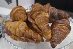 Croissant con il prosciutto di ibérico per la prima colazione immagini stock libere da diritti