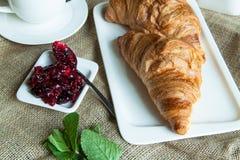 Croissant con inceppamento e tè Fotografia Stock Libera da Diritti