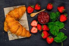 Croissant con l'ostruzione di fragola Fotografia Stock