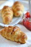 Croissant con la mermelada de fresa Foto de archivo libre de regalías