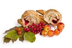 Croissant con las bayas y las manzanas Imagen de archivo libre de regalías