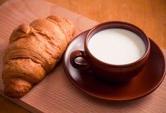 Croissant con latte Fotografie Stock